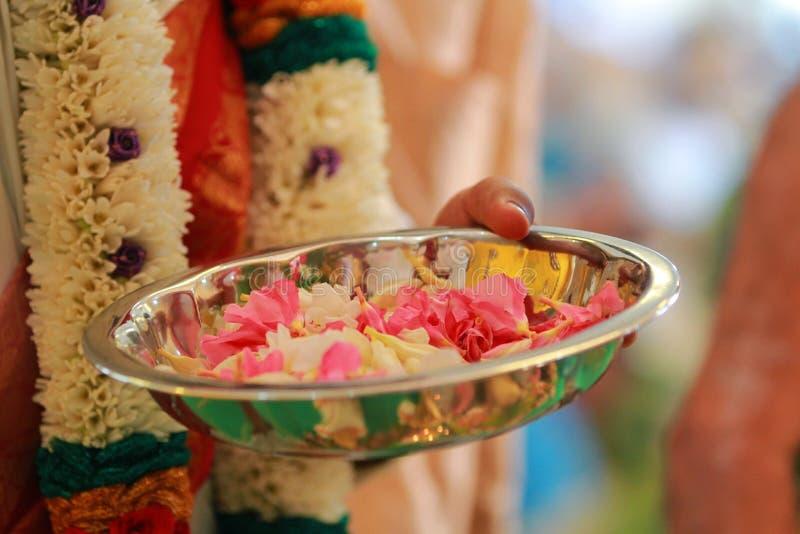 Indische traditionele cultuur kleurrijke slinger van verse bloemen met rituelen van het Zuiden de Indische huwelijk stock foto
