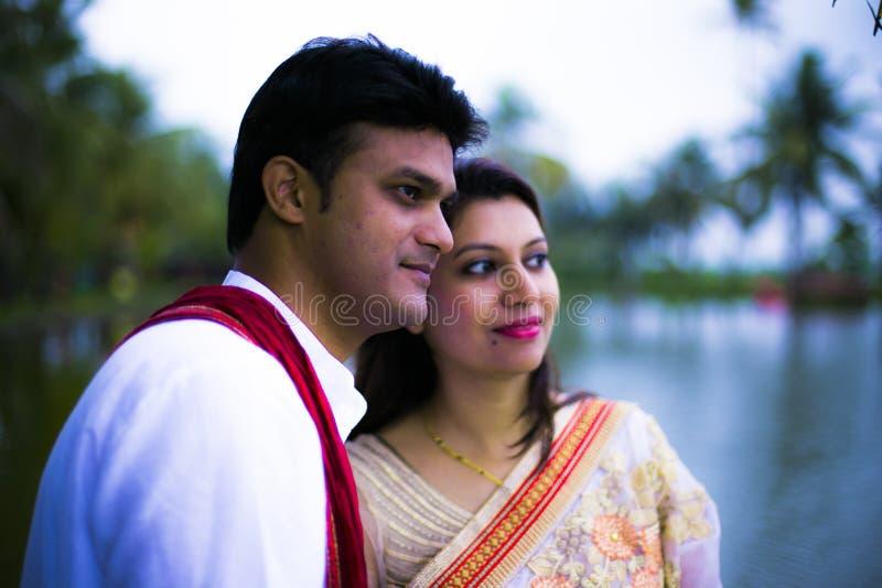 Indische traditionelle junge Paare geheiratet lizenzfreie stockfotos