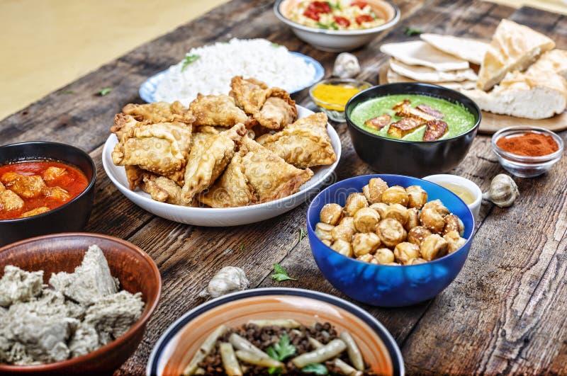 Indische traditionelle Teller auf dem Speisetische Asiatische Küche lizenzfreie stockbilder
