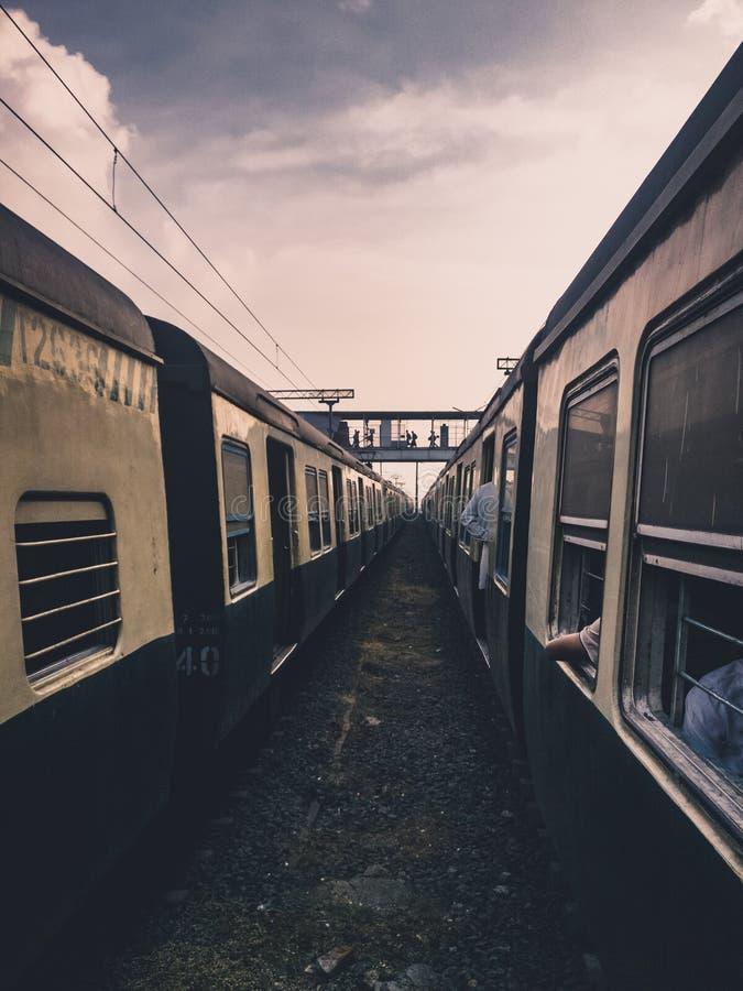 Indische trein in de voorsteden royalty-vrije stock afbeeldingen
