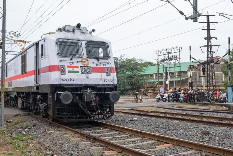 Indische trein op een spoorwegovergang royalty-vrije stock foto's