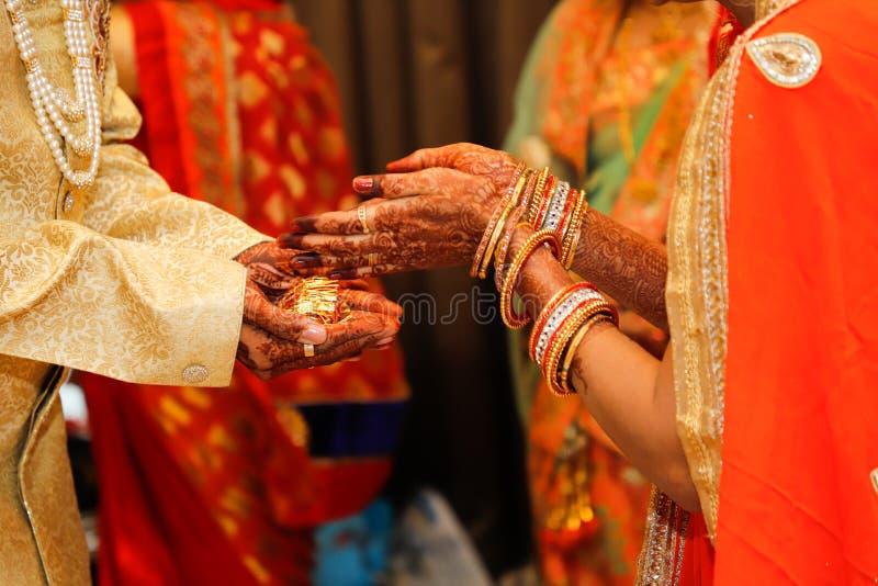 Indische van de van de huwelijksfotografie, bruidegom en bruid handen royalty-vrije stock foto's