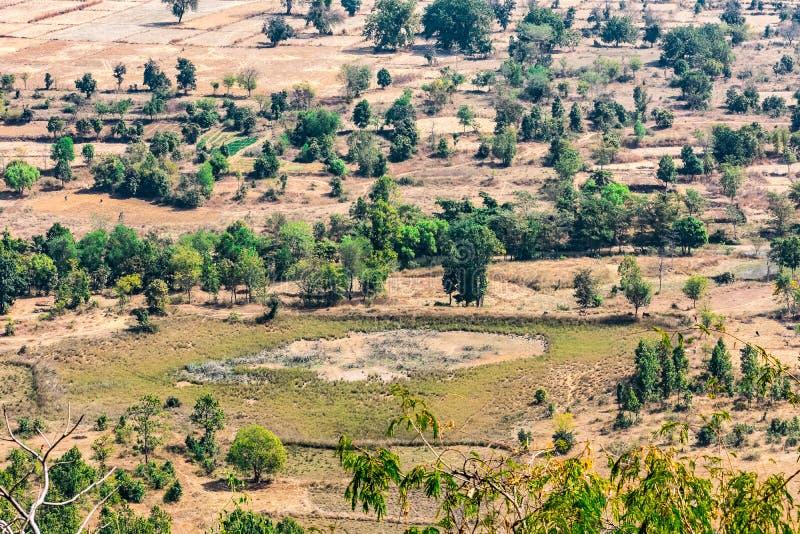 Indische van landbouwbedrijfgebieden en bomen hoogste arial mening van de heuvels/berg van een landelijk dorp van India stock afbeeldingen