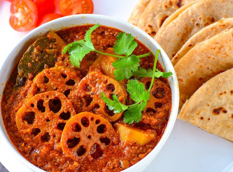 Indische vegetarische maaltijd - lotusstamkerij met roti royalty-vrije stock afbeelding