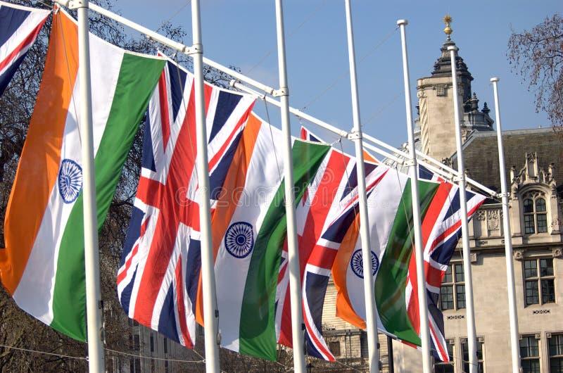 Indische vlag en Union Jack in het Parlement Vierkant, Londen stock foto's