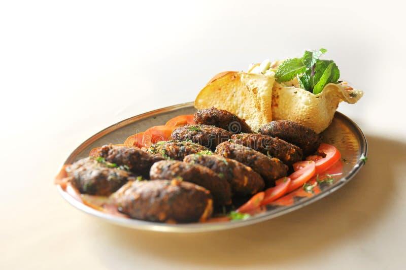 Indische voedsel verfraaide koteletten en gebraden papd stock afbeeldingen