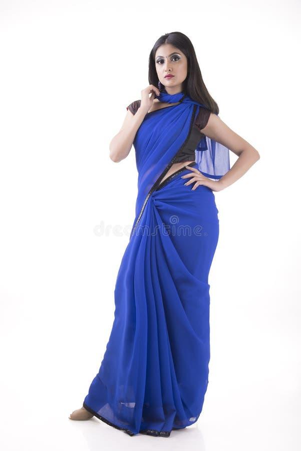 Indische vrouw in blauwe saree royalty-vrije stock fotografie