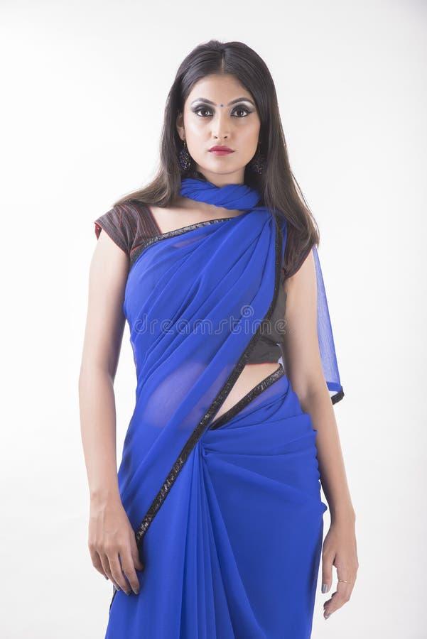 Indische vrouw in blauwe saree stock afbeelding