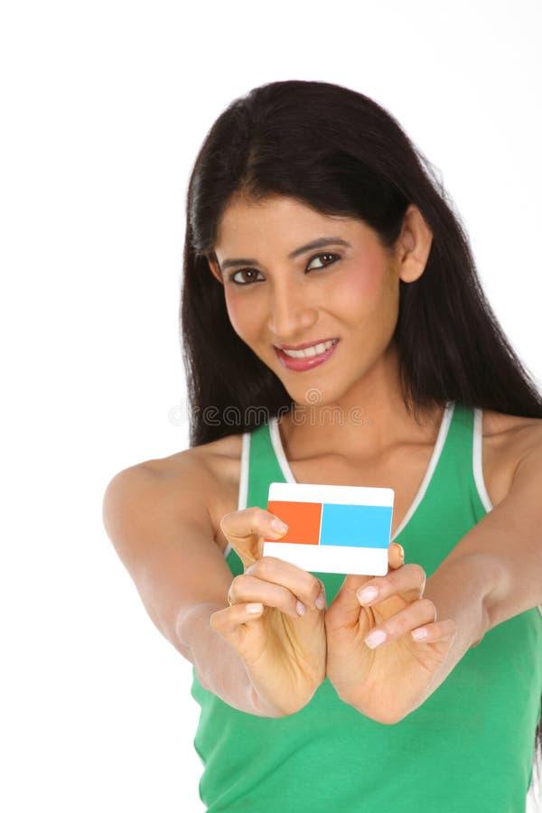 Indische Vrouw die de creditcard houdt stock afbeelding