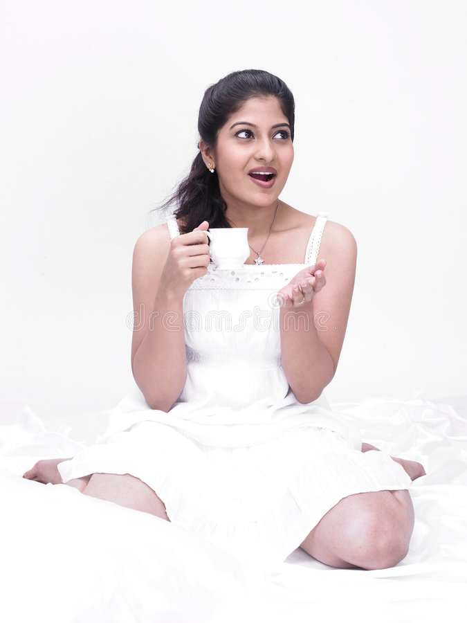 Indische Vrouw Die Haar Thee Drinkt Royalty-vrije Stock Foto