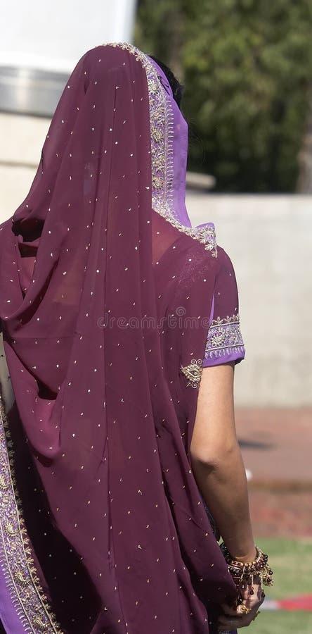 Indische Vrouw die Sari draagt royalty-vrije stock afbeeldingen