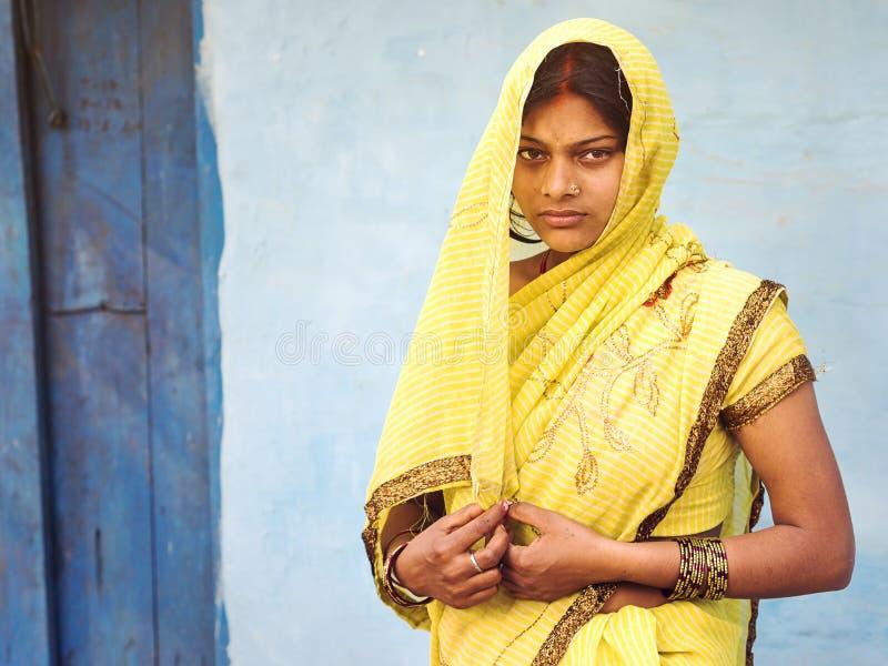 Indische Vrouw die Traditioneel Sari Dress dragen royalty-vrije stock afbeeldingen