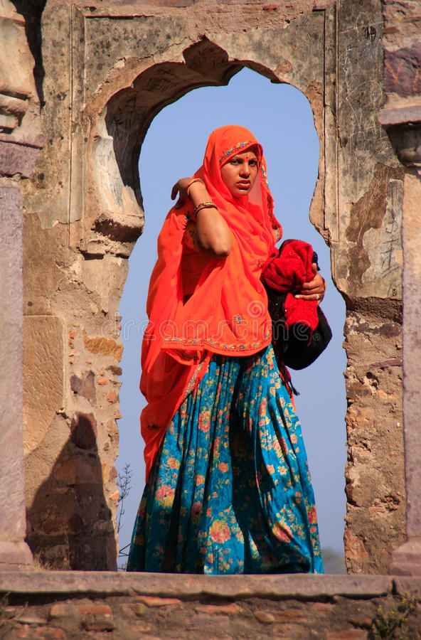 Indische vrouw in kleurrijke Sari die zich in de boog, Ranthambore bevinden royalty-vrije stock fotografie