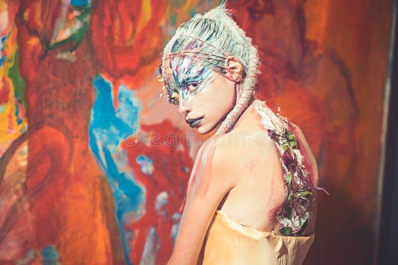 Indische vrouw met creatief lichaamsart. Vrouw met de kleurrijke make-up van de neonverf Holimeisje met gekleurd in haar schoonhe royalty-vrije stock foto