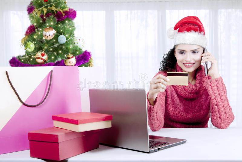 Indische vrouw met een creditcard in Kerstmistijd royalty-vrije stock afbeeldingen