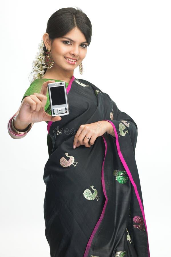 Indische vrouw met mobiel royalty-vrije stock afbeelding
