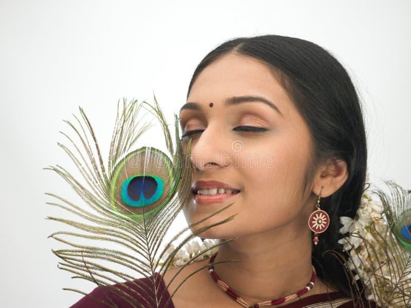 Indische vrouw met pauwveer royalty-vrije stock fotografie