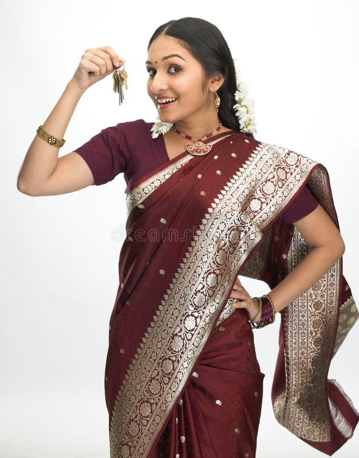 Indische vrouw met sleutelbos royalty-vrije stock afbeelding