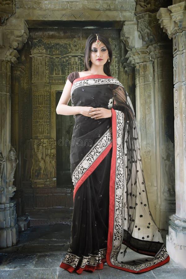 Indische vrouw met traditionele bruids samenstelling en juwelen stock fotografie