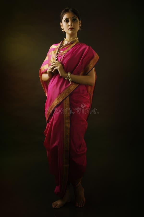 Indische vrouw met traditionele bruids samenstelling en juwelen stock afbeeldingen