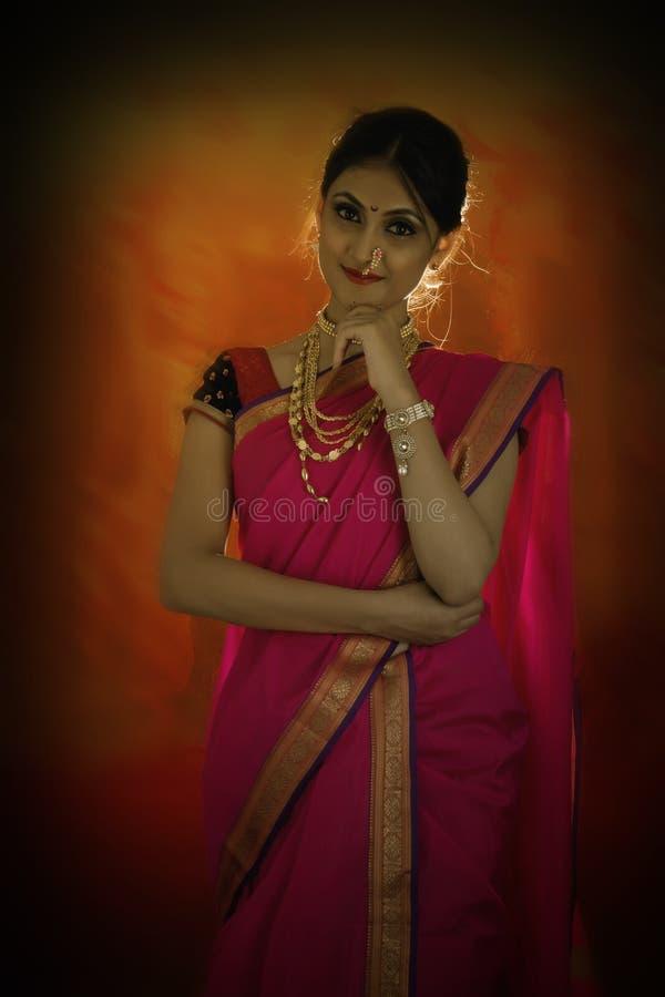 Indische vrouw met traditionele bruids samenstelling en juwelen stock afbeelding