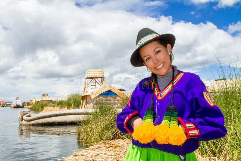 Indische vrouw in Peru bij meer Titicaca royalty-vrije stock afbeeldingen