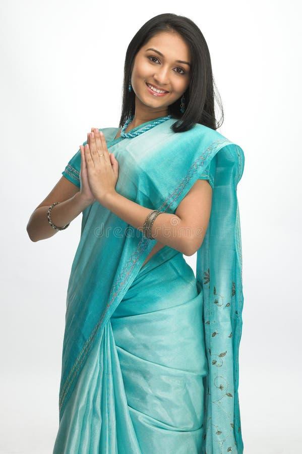 Indische vrouw in Sari met welkome houding stock afbeelding