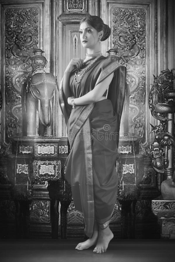 Indische vrouw in traditionele saree stock afbeeldingen