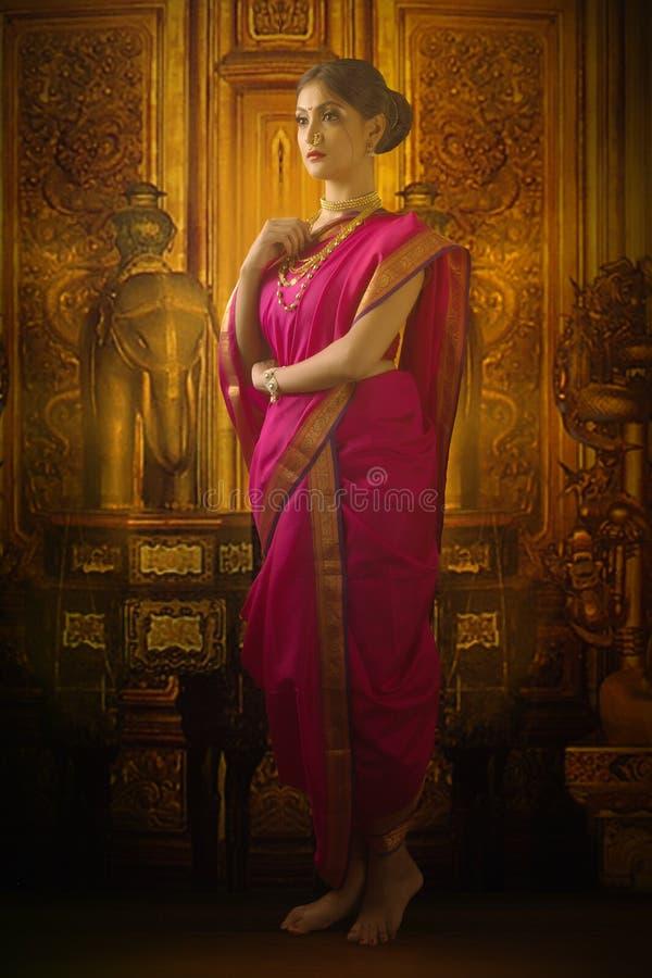 Indische vrouw in traditionele saree stock afbeelding