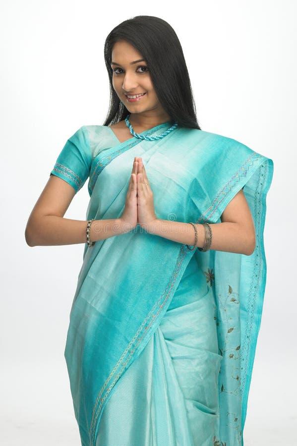 Indische vrouw in welkome uitdrukking royalty-vrije stock foto's