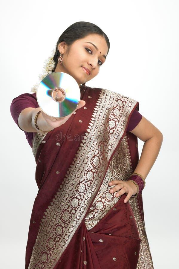 Indische vrouw in zijde-Sari holdingsCD royalty-vrije stock foto