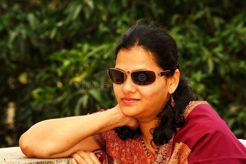 Indische vrouw in zonnebril stock afbeeldingen
