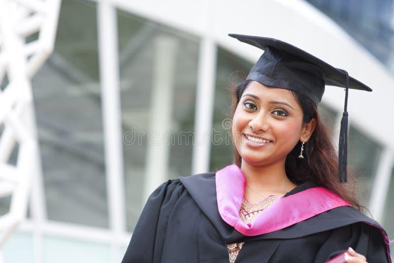Indische vrouwelijke gediplomeerde student stock foto's