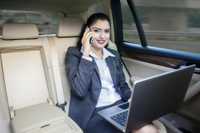Indische vrouwelijke werknemer in de auto royalty-vrije stock afbeeldingen