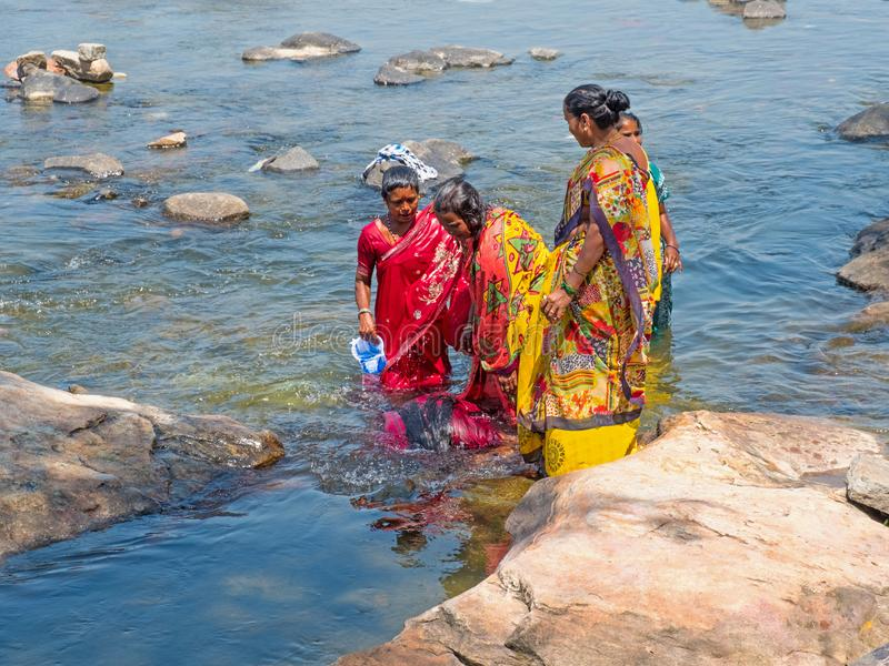 Indische vrouwen die een het reinigen ritueel in een heilige rivier uitvoeren royalty-vrije stock foto's