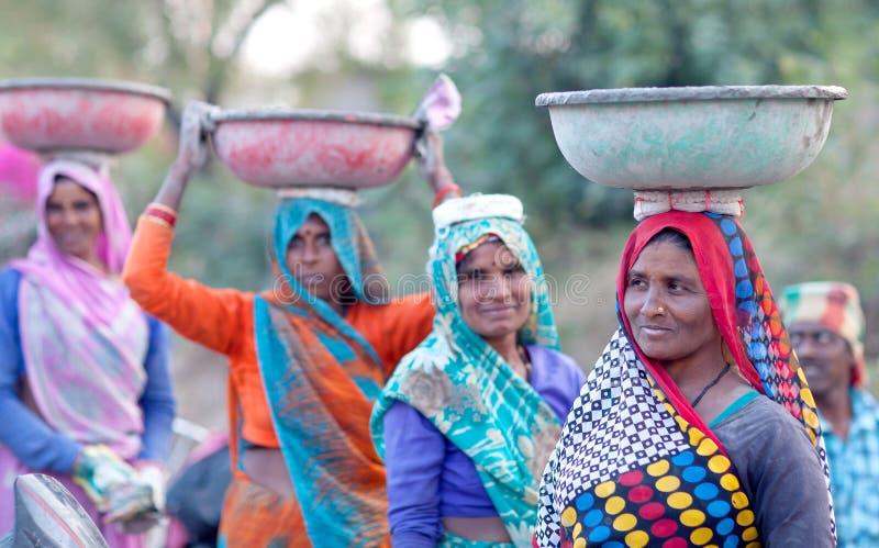 Indische vrouwen die hard in wegenaanleg werken stock foto