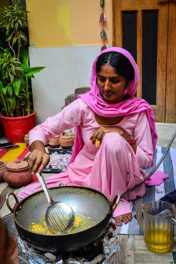 Indische vrouwen die traditioneel voedsel koken royalty-vrije stock foto's
