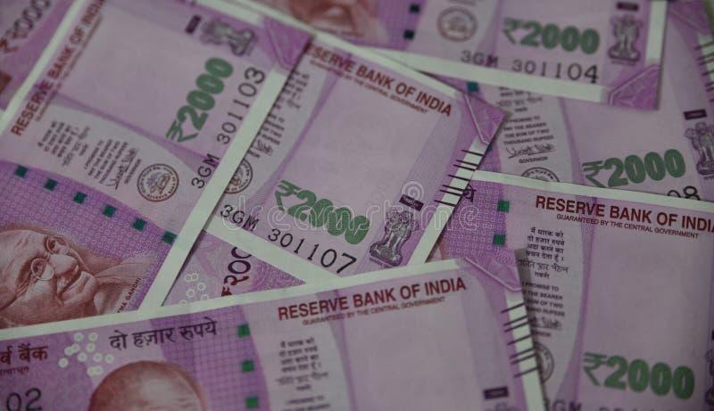 Indische Währung, zwei tausend indische Rupie im Hintergrund lizenzfreies stockfoto