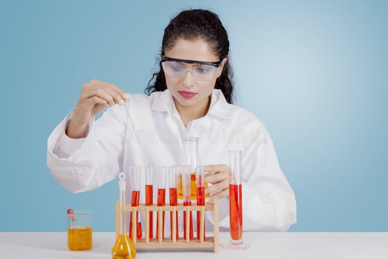 Indische wetenschapper die met chemische producten werken stock afbeeldingen