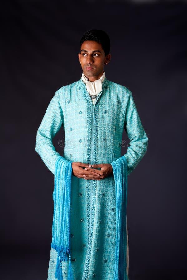 Indischer Bräutigam, der einen Dhoti trägt stockbilder