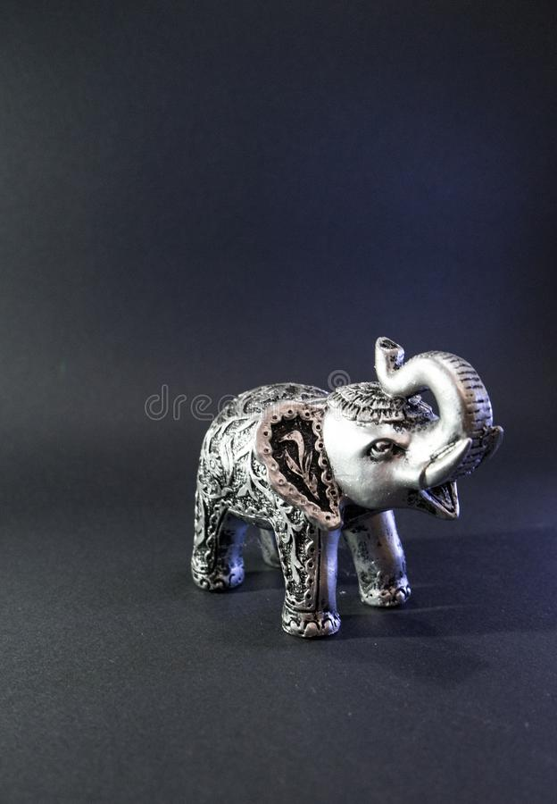 Indischer Elefant-Figürchen auf schwarzem Hintergrund Grey Figure Feng-shui Statuensymbol für gutes Glück Glaskerzen, Oberteile u stockfotografie