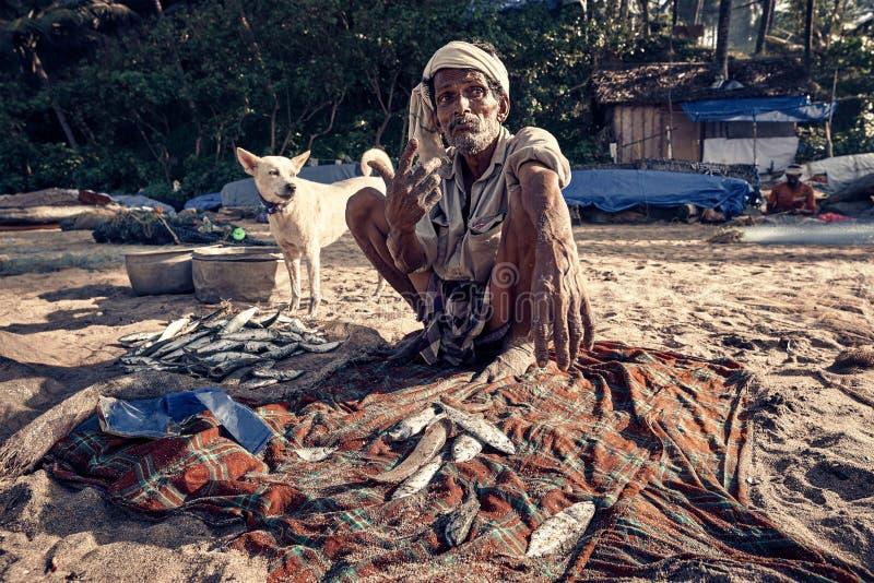 Indischer Fischer mit fishis auf Strand stockfotos