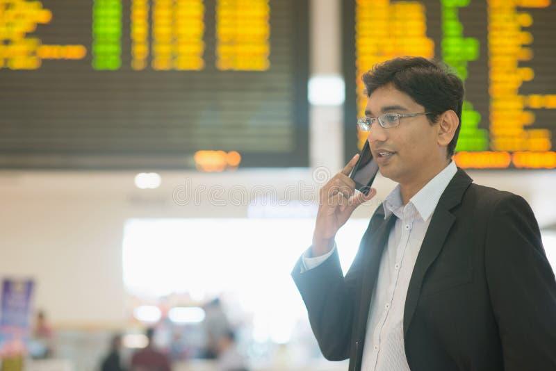 Indischer Geschäftsmann am Flughafen lizenzfreie stockfotos