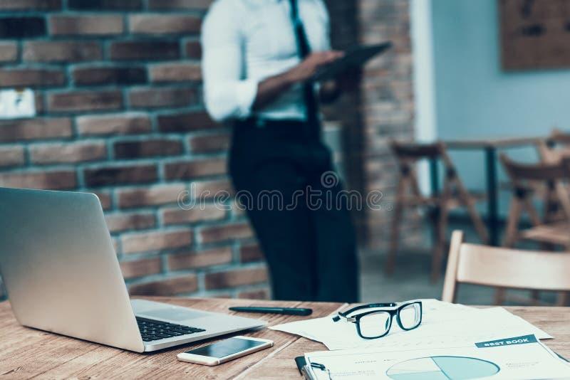 Indischer Geschäftsmann steht von der Arbeit im Büro still bruch stockbild