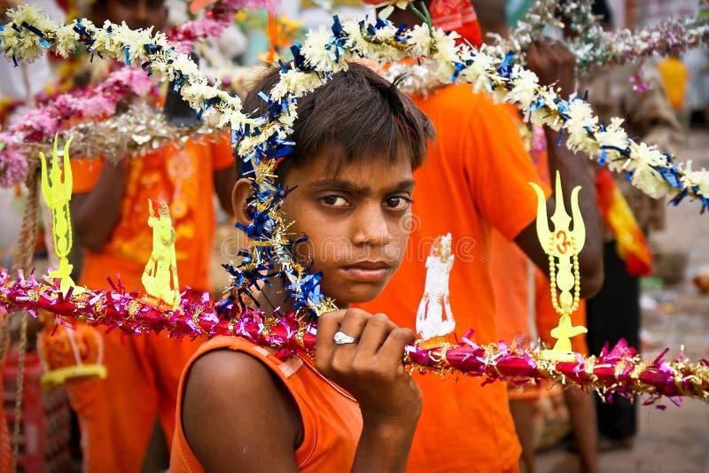 Indischer Junge mit frommer Ausrüstung, Benares lizenzfreies stockfoto