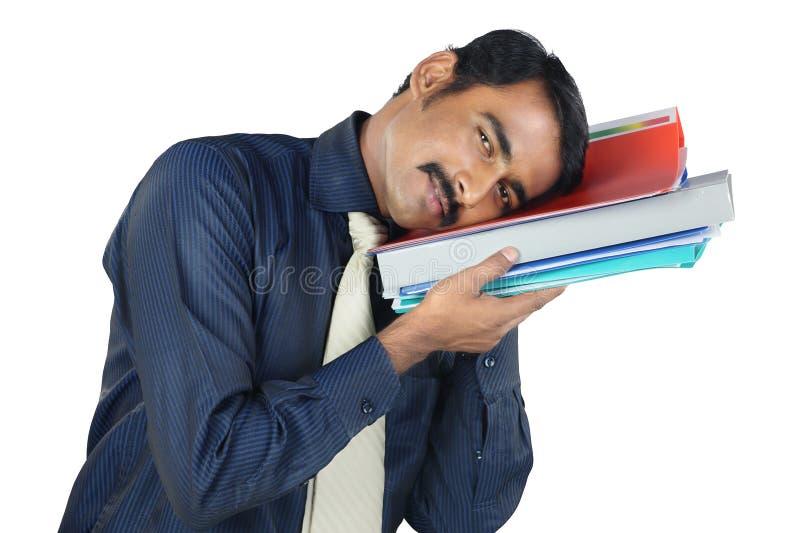Indischer junger Mann, der die Dateien hält stockfotografie