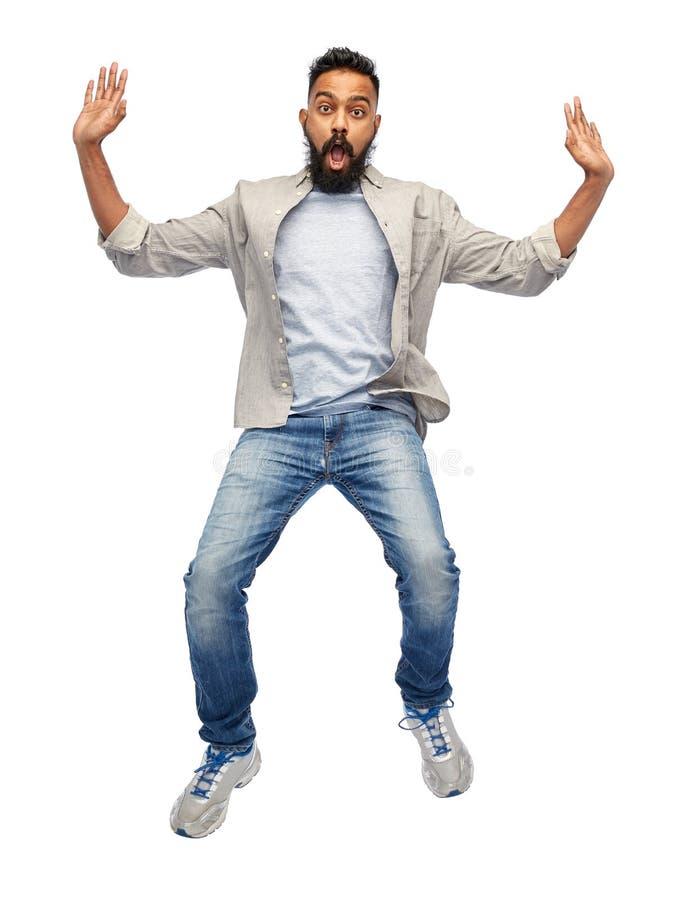 Indischer junger Mann, der in einer Luft springt lizenzfreies stockbild