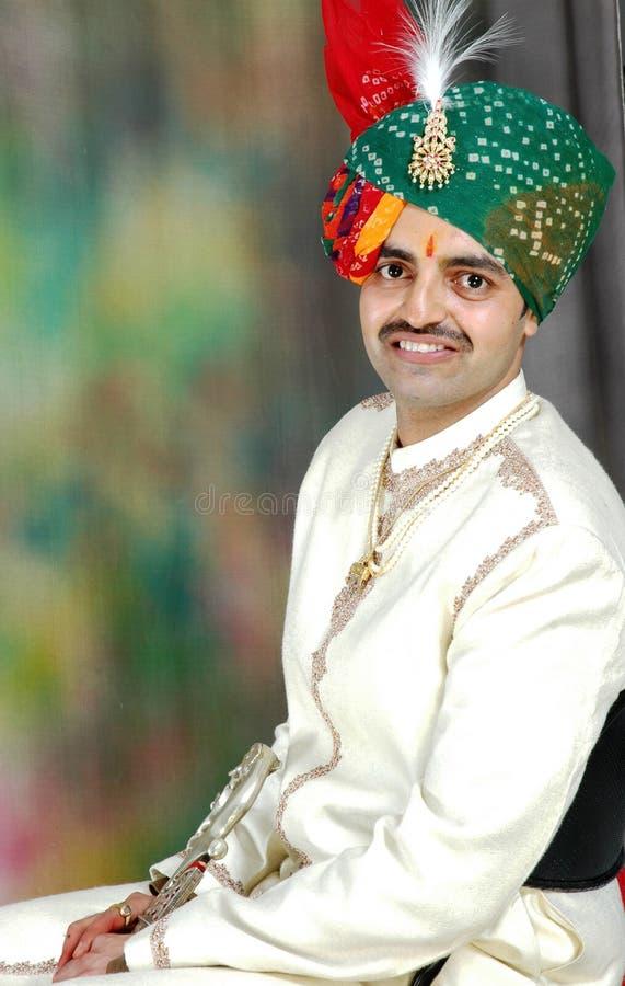 Indischer Kerl (Bräutigam) in seinem Hochzeitskleid stockfoto