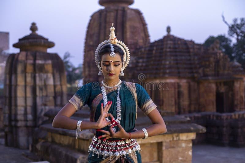 Indischer klassischer Odissi-Tänzer, der mit dem mudra katakamukha am mukteswar Tempel, Bhubaneswar, odisha, Indien aufwirft stockbild