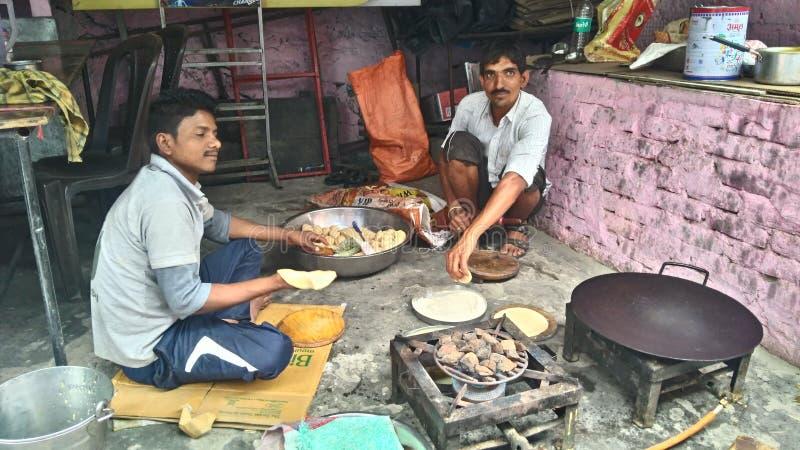 Indischer Koch, der Nahrung außerhalb der Küche macht lizenzfreie stockfotos